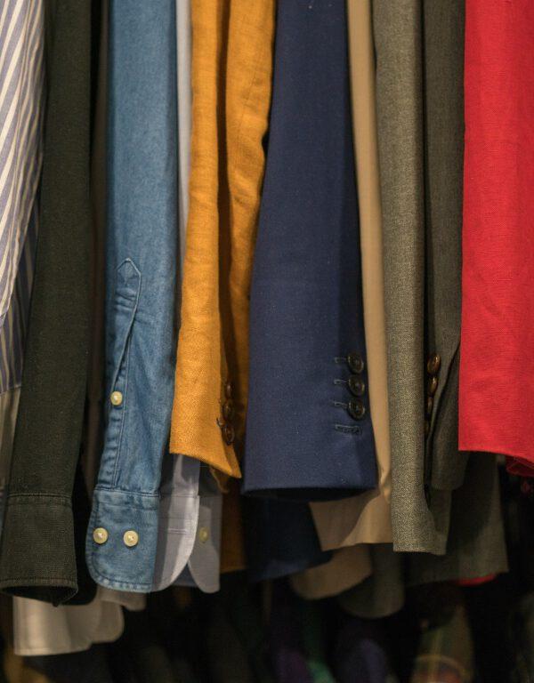 Gdzie sprzedać niepotrzebne ubrania które zajmują szafę?